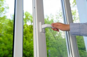 Gekippte Fenster sind kein Problem mehr - so sichern Sensoren das zu Hause